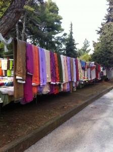 Foruden friske råvarer kan du også købe tøj og andre tekstiler på torvet i Litochoro